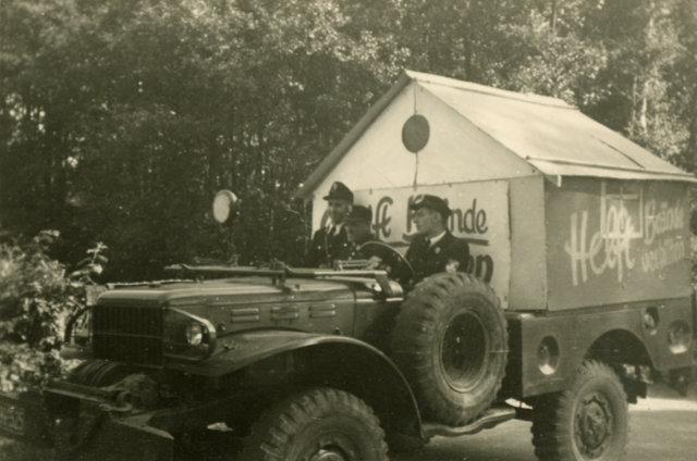 Dodge W52 mit Haus bei einer Werbefahrt