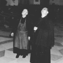 Ein Pater und rechts Abt Vitalis Maier